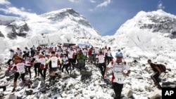 Kelompok pendaki di basis kamp Gunung Everest di Khumbu, Nepal. (Foto: Dok)