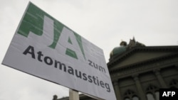 Tấm áp phích về vấn đề hạt nhân trước Trụ sở Quốc hội Liên bang Thụy Sĩ