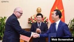 Dưới sự chứng kiến của Bộ trưởng Ngoại giao Phạm Bình Minh, Quốc vụ khanh Michaelis và Thứ trưởng Ngoại giao Tô Anh Dũng đã thông qua bản kế hoạch hành động chiến lược là cơ sở cho các hoạt động hợp tác song phương đa dạng trong hai năm tới.