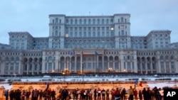 Demonstran berkumpul di depan gedung pemerintah saat memprotes menentang dekrit pemerintah tentang korupsi di Bucharest, Romania, 4 Februari 2017.