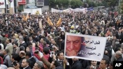ພວກທະນາຍຄວາມອີຈິບ ໃນຊຸດສີດຳ ພວມພາກັນເດີນຂະບວນ ໄປສູ່ຈະຕຸລັດ Tahrir ໃນກຸງໄຄໂຣ (10 ກຸມພາ 2011)