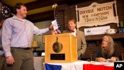 11月8日新罕布什爾州第一位投票者準備把選票投入箱內。