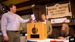 El primer elector de Dixville Notch deposita su voto en la urna ante la presencia del moderador. Nov. 8, 2016. La pequeña población de Nuevo Hampshire es la primera en votar en Estados Unidos.