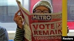 Los pasajeros del tren subterráneo de Londres leen los diarios llenos de información sobre el referéndum, el miércoles, 22 de junio de 2016.