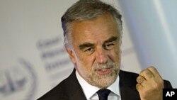 រដ្ឋអាជ្ញា ល្វីស៍ ម៉ូរ៉េណូ អូខាមប៉ូ (Luis Moreno-Ocampo)។