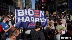 Người dân Mỹ ăn mừng chiến thắng của liên danh Biden/Harris tại Quảng trường Thời đại, New York