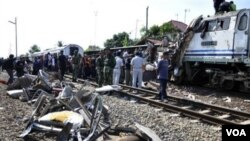 Tim penyelamat mencari para korban di antara reruntuhan kereta api di stasiun Petarukan, Jawa Tengah hari ini.