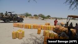 Distribution d'eau potable et de vivres par le CICR à Bosso le 25 mai 2015.