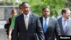 Jaksa AS untuk District of Columbia Ronald Machen (kiri) dan anggota timnya meninggalkan pengadilan federal setelah sidang dengar keterangan Ahmed Abu Khatallah di Washington 28 Juni 2014.