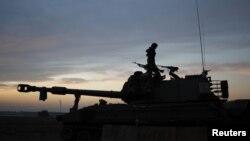 11月21日加沙地带外面以色列军人在炮车上