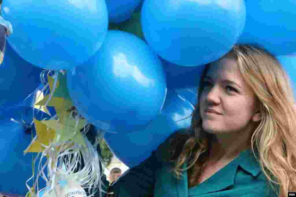 Представители нескольких молодежных организаций Майдана раздавали всем желающим шарики со «звездами» – символами стран Евросоюза собрались около трехсот человек.