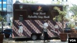 Toilet bergerak di Solo, Jawa Tengah, di tengah penyelenggaraan Konferensi Toilet Sedunia 2013 (3/10). (VOA/Yudha Satriawan)