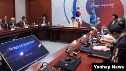 러시아, 중국, 라오스 순방 일정을 마친 박근혜(가운데) 대통령이 9일 밤 조기 귀국해 청와대에서 북한 5차 핵실험 관련 안보상황 점검회의를 주재하고 있다. (청와대 제공)