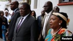 Perezida wa Zimbabwe, Emmerson Mnangagwa hamwe n'umukenyezi wiwe Auxillia, bashitse ku rugo rw'umuhisi Morgan Tsvangirai i Harare, Zimbabwe, 18/02/2018.