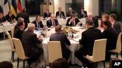 German Chancellor Angela Merkel (2-R) hosts talks with Russian President Vladimir Putin (5-L), French President Francois Hollande (L) and Ukraine President Petro Poroshenko, (5-R, back to camera) at the Chancellery in Berlin, Oct. 19, 2016.