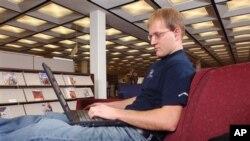Andy Steele, mahasiswa Black Hills State University, mengambil kursus daring gratis. (AP/Johnny Sundby)