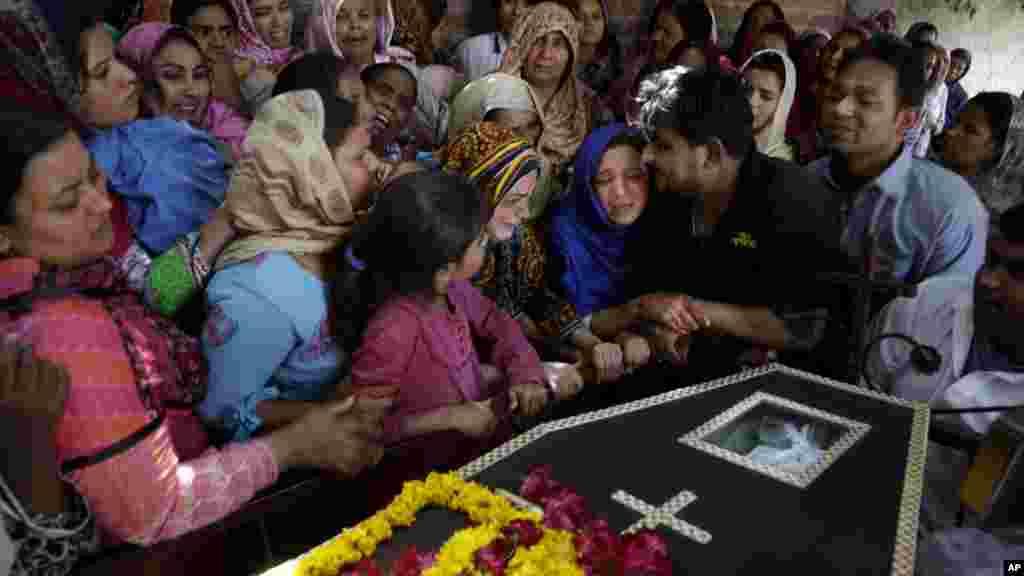 Para perempuan Pakistan beragama Kristen menangisi kematian Sharmoon yang tewas dalam serangan bom di Lahore, Pakistan (28/3). (AP/K.M. Chaudary)