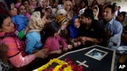 Những phụ nữ Thiên Chúa giáo Pakistan khóc tại tang lễ một nạn nhân của vụ đánh bom tại Lahore, Pakistan, ngày 28/3/2016.