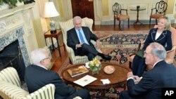 La secrétaire d'Etat Clinton, l'émissaire spécial américain Mitchell lors d'une réunion trilatérale, au département d'Etat, avec le Premier ministre Netanyahu et le président palestinien Abbas