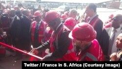 Le président sud-africain Cyril Ramaphosa coupe le ruban inaugural d'une usine de production de trains à Dunnottar, Afrique du sud, le 25 octobre 2018. (Twitter/France in S. Africa)