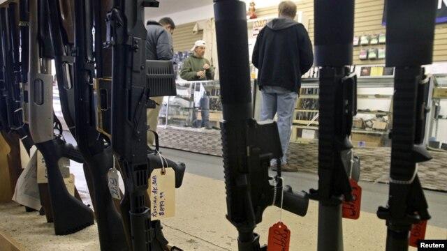 Warga AS membeli senjata api di sebuah toko di Phoenix, Arizona (foto: dok). Kongres AS bersiap menghadapi perdebatan sengit soal kepemilikan senjata api.