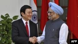 Chủ tịch Việt Nam Trương Tấn Sang (trái) và Thủ tướng Ấn Ðộ Manmohan Singh trước cuộc họp tại New Delhi hôm 12/10/11