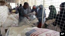 Wakimbizi wa kisomali walowasili wanapokea msaada wa chakula katika kituo cha kugawa chakula cha WFP katika kambi ya Dadaab.