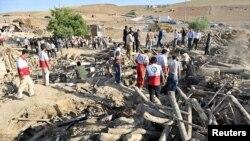 12일 이란 강진 현장에서 피해자 구조 작업이 이뤄지고 있다.