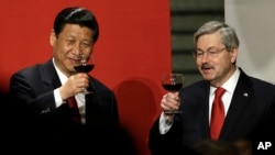 Chinese Vice President Xi Jinping and Iowa Gov. Terry Branstad, right, raise their glasses during a toast at a formal dinner in the rotunda at the Iowa Statehouse in Des Moines, Iowa, Feb. 15, 2012.