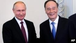 俄羅斯總統普京在聖彼得堡會見中國國家副主席王岐山(2018年5月24日)