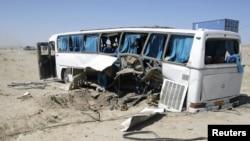 巴士撞上一枚路邊炸彈。