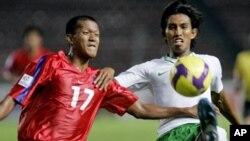 កីឡាករបាល់ទាត់កម្ពុជា សុខ រិទ្ធី (ឆ្វេង) និងកីឡាករបាល់ទាត់ឥណ្ឌូនេស៊ី Budi Sudarsono (ស្តាំ) ដណ្តើមបាល់គ្នានៅក្នុងការប្រកួតយកពានសហព័ន្ធបាល់ទាត់អាស៊ាន (Asean Football Federation Cup) នៅពហុកីឡាដ្ឋាន Gelora Bung Karno ក្នុងទីក្រុងចាការតា