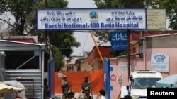 Les forces de sécurité afghanes montent la garde devant l'hôpital Dasht-e-Barchi qui a été attaqué à Kaboul, en Afghanistan, le 12 mai 2020. REUTERS / Mohammad Ismail