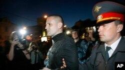 Sergei Udaltsov polisler tarafından götürülürken