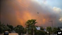 土耳其的一架直升機正在救火。 (2021年8月3日)