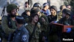 Lors d'une attaque d'un Palestinien sur un soldat israélien à une station de contrôle, dans un village entre Jérusalem et Tel-Aviv, le 23 novembre 2015.