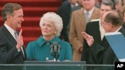 خانم بوش در کنار همسرش که به عنوان چهل و یکمین رئیس جمهوری آمریکا در ژانویه ۱۹۸۹ بعد از ریگان سوگند خورد.