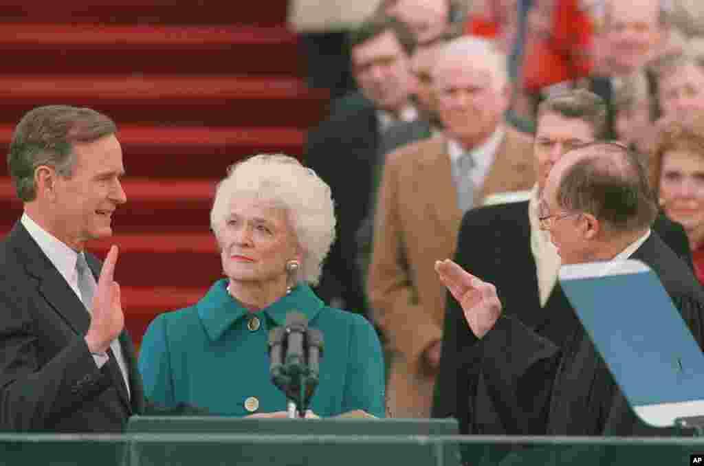بارابارا بوش در کنار همسرش که به عنوان چهل و یکمین رئیس جمهوری آمریکا سوگند می خورد. ژانویه ۱۹۸۹. بوش بعد از ریگان به قدرت رسید.