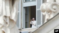 天主教教宗方濟各在梵蒂岡從他的工作室窗口發表祝福。(2020年3月29日)