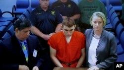 Florida məktəbində 17 nəfərin ölümülə nəticələnmiş qətiamı törətdiyini etiraf etmiş Nikolas Kruz məhkəmədə