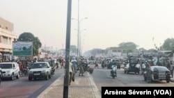 Jour de marché à Brazzaville en plein confinement, ici au marché Total de Bacongo, le 15 mai 2020. (VOA/Arsène Séverin)