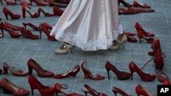 Chaussures représentant des femmes assassinées, dans le cadre d'une représentation lors de la grève des femmes à Mexico, le 9 mars 2020. (photo AP/Fernando Llano)