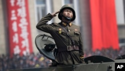 ທະຫານລົດຖັງຄັນນຶ່ງ ກຳລັງສວນສະໜາມຢູ່ ຈະຕຸລັດ Kim Il Sung ໃນນະຄອນພຽງຢາງ ປະເທດເກົາຫລີເໜືອ.