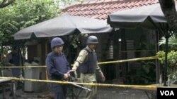 Tim Gegana menginspekasi TKP di depan kantor Jaringan Islam Liberal, Komunitas Utan Kayu, Selasa (15/3).