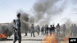 Khói đen bốc lên từ các lốp xe bị đốt cháy bởi những người biểu tình ở thủ đô Kabul, Afghanistan, ngày 22/2/2012