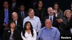 ہال میں موجود امریکی شہری توجہ سے مباحثہ سن رہے ہیں