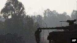 Izraelski vojnik kraj tenka u blizini granice Izraela i Gaze