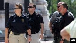 Des policiers déployés à Union Station, la gare centrale de Washington, après des informations faisant état de coups de feu dans une galerie marchande