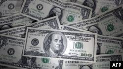 Konsumatorët amerikanë pakësojnë shpenzimet