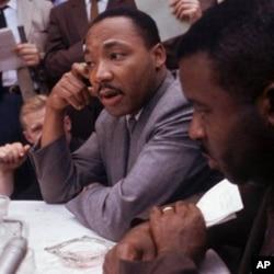 Dr. Martin Luther King Jr., ໃນກອງປະຊຸມຖະແຫລງຂ່າວ ທີ່ເມືອງເບີມິງແຮມ, ລັດອາລາບາມາ, ວັນທີ 9 ພຶດສະພາ 1963. (AP Photo/files)